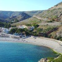Strand in Javea, Spanje met bergen op de achtergrond