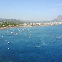 De zee van Javea, Spanje, met het Arenal strand en de Montgo berg op de achtergrond
